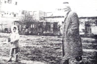 Husen Dobërlluka (Arnauti) dhe nipi i tij Mahir Arnauti, fotografuar më 1964