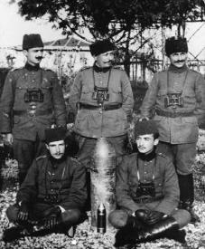 Hasan Riza Pasha (në mes)